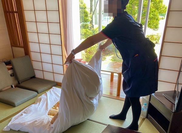 客室清掃中の30代リゾートバイト女性