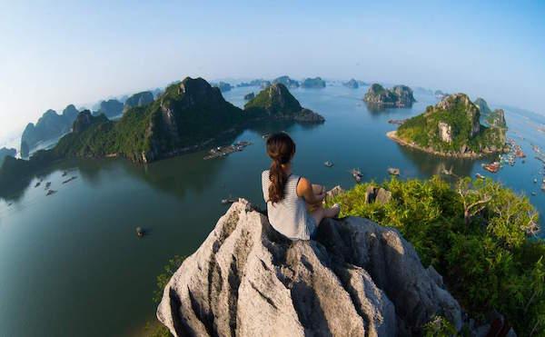 岩の上に立っている女性