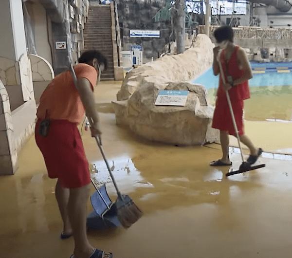 プールサイド清掃中のリゾートバイトスタッフ