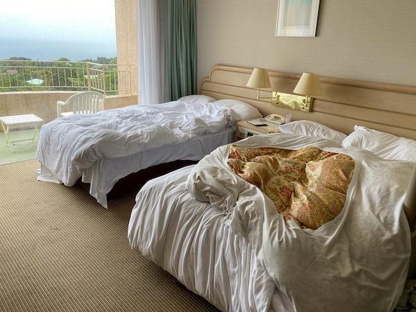 お客様チェックアウト直後の客室ベッド