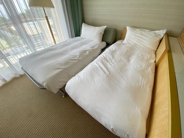 ベッドメイキング後の綺麗なベッド