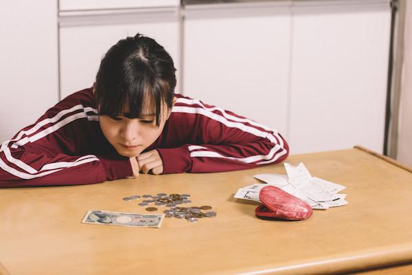 生活費を数える女性