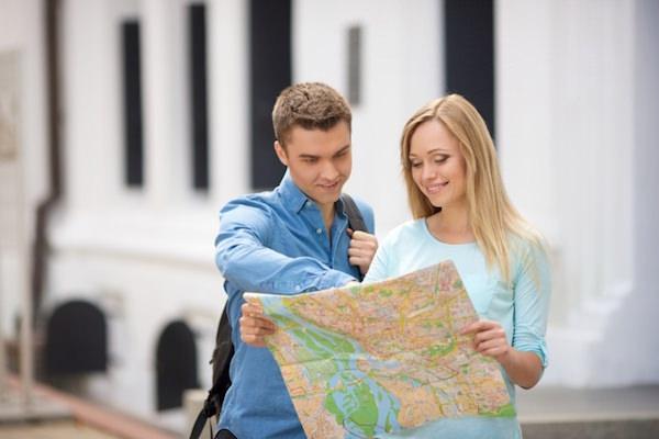 地図を見ているカップル