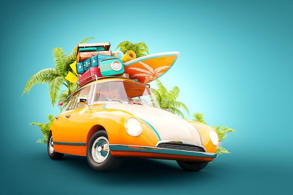 スーツケースやサーフボードを積んだ車