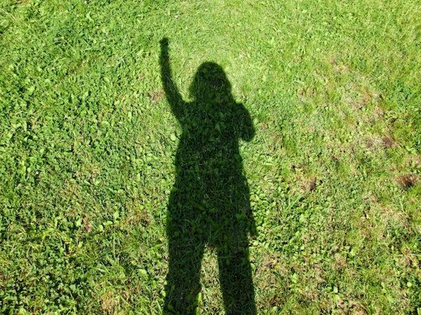 緑の芝生でやる気の人影