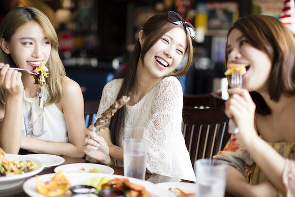食事を楽しんでいる女性3人組