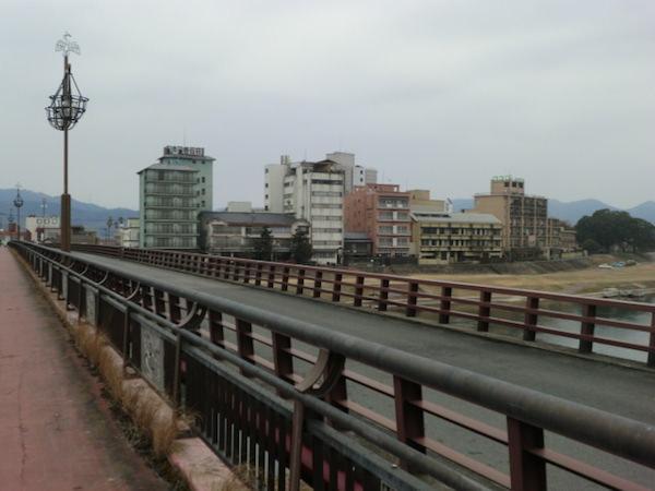 原鶴大橋から見た原鶴温泉の様子