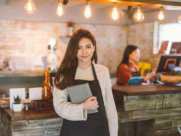 トラバイでリゾートバイト中の女性アルバイト
