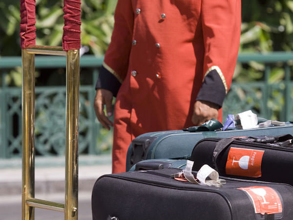 宿泊客の荷物を運ぶベルボーイ