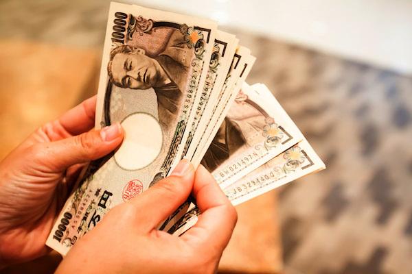 お金を数えている手