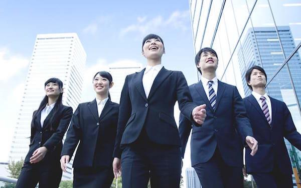オフィス街を歩く5人の新入社員