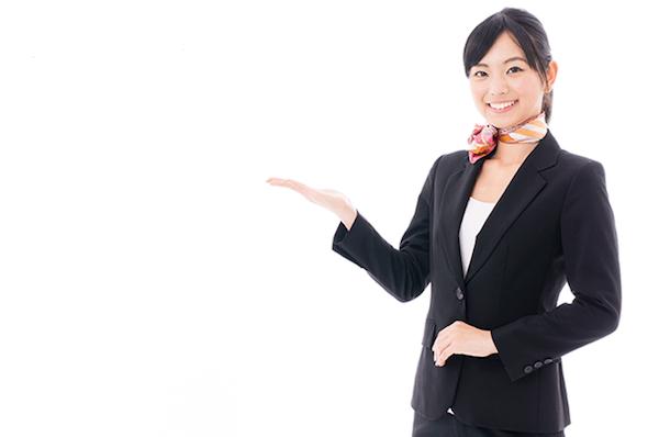 笑顔の女性フロントスタッフ