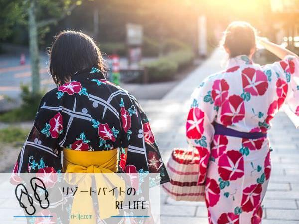 城崎温泉街で浴衣を着て歩いている女性二人