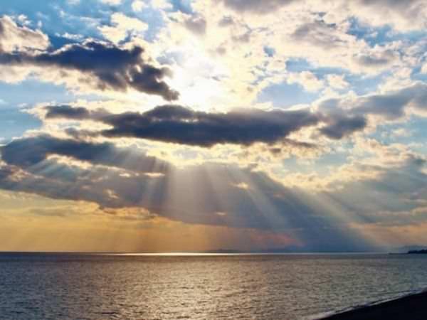 上空から差し込む光