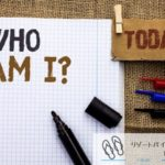 WHO AM I?と書かれたノート