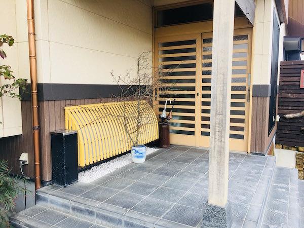 会席料理レストランの玄関