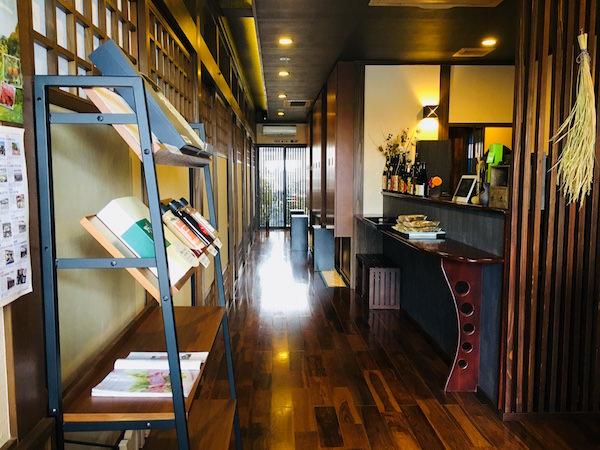 会席料理レストランの玄関2