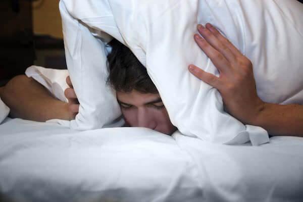 騒音で寝られない男性