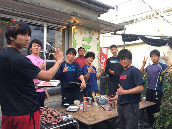 民宿で宿泊客と焼肉