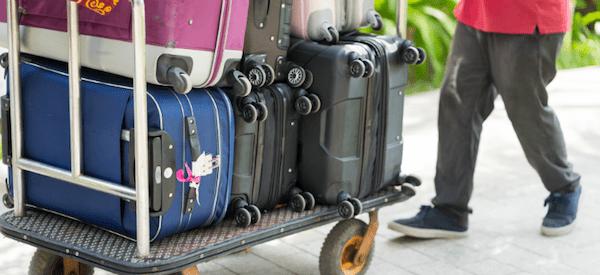 荷物を運ぶベルボーイ