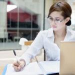 事務作業中の女性