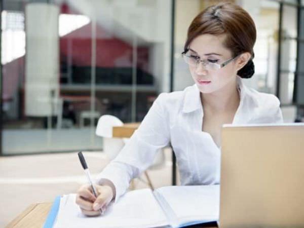 リゾートバイトの事務で働く女性