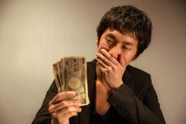 お金を見て喜ぶ男性