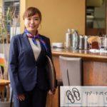 リゾートバイトの女性ウェイトレス