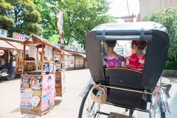 人力車に乗っている外国人観光客
