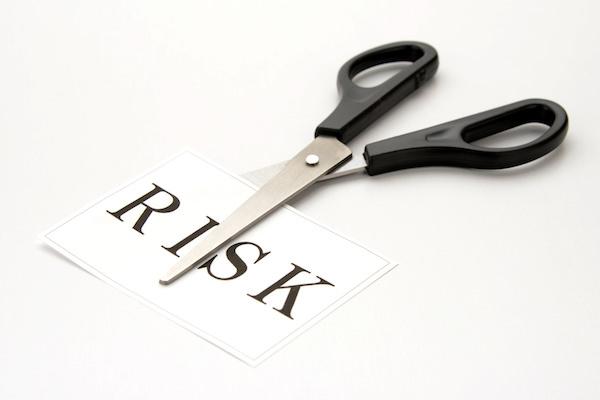「RISK」と書かれた紙とハサミ