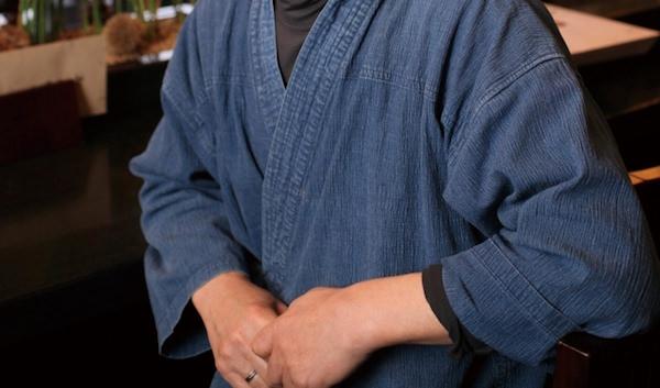 作務衣を着ている男性