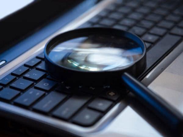 パソコンのキーボードと虫眼鏡