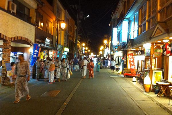 城崎温泉街 浴衣を着ている観光客