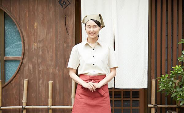 リゾートバイトで働く日本人女性