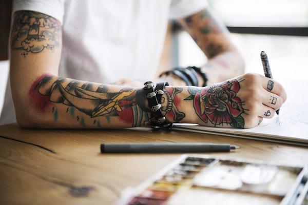タトゥーを入れている女性