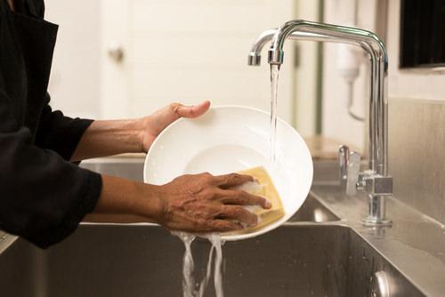 皿洗い中の男性