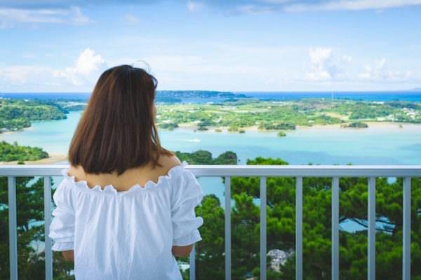 沖縄の海を眺めている女性