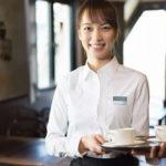 レストランの女性ホールスタッフ